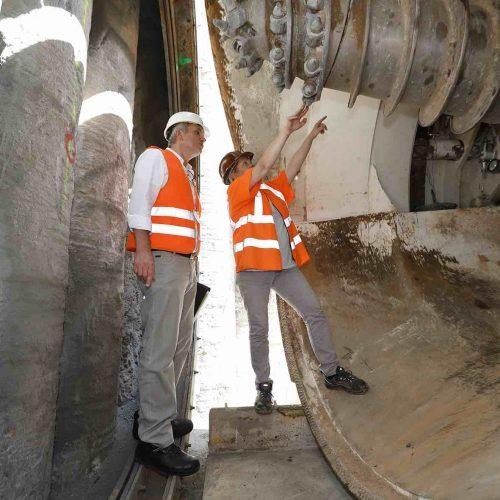 Miriam Liß inspiziert mit Dieter Walter die Abbauwerkzeuge der Vortriebsmaschine. Foto: Güteschutz Kanalbau