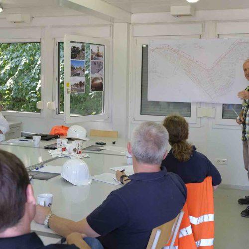Gunter Schramm legt dar, welche Randbedingungen für die Trassenplanung berücksichtigt werden mussten.  Foto: Güteschutz Kanalbau