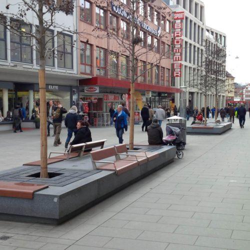 Früher rollte in der Eichhornstraße der Verkehr, heute laden die Bänke der Bauminseln in der Würzburger Innenstadt die Passanten zum Verweilen ein. Foto: Funke Kunststoffe