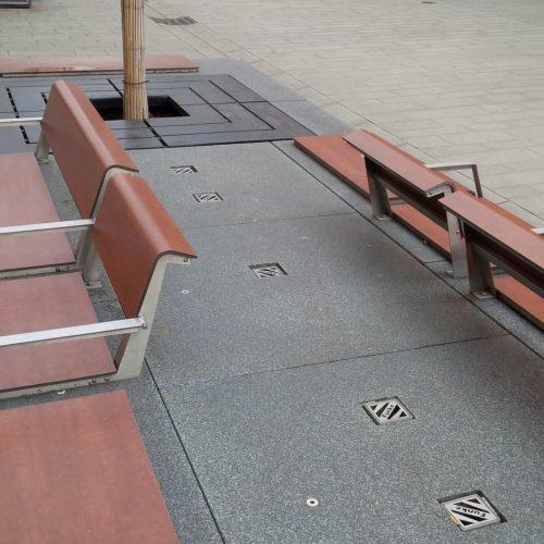 Sichere Versorgung der Baumwurzeln: Die hintereinander in den Bodenplatten angeordneten Deckel der Baumwurzelbelüfter lassen sich einfach wegschwenken, wenn Nährstoffe zugeführt werden sollen. Foto: Funke Kunststoffe