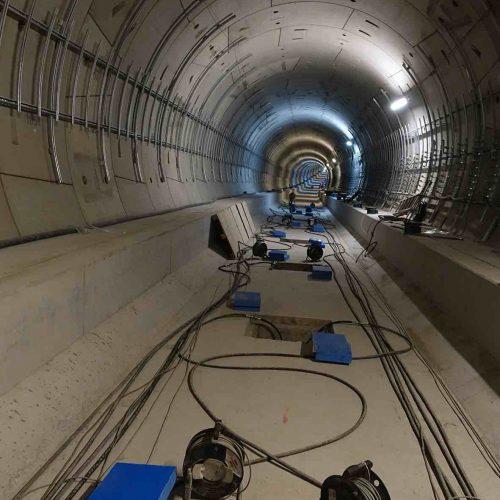 50 Gleiströge werden in ausgewählten Teilbereichen der Tunnelröhren zwischen Alexanderplatz und Brandenburger Tor auf hochbelastbarem Elastomer gelagert. Zu erkennen sind die Zugangsschächte, über die die Pressen eingebaut werden. Foto: thyssenkrupp Infrastructure