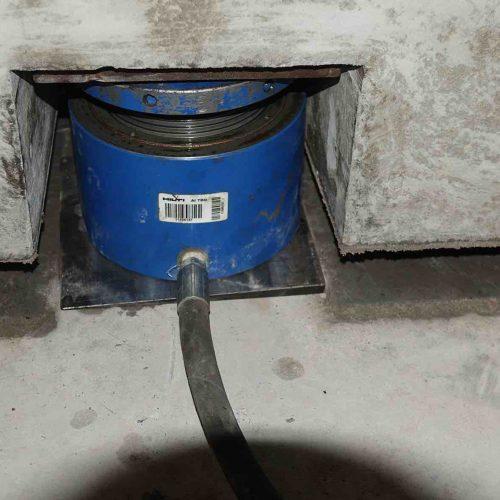 In drei Schritten werden die Tröge um 85 Millimeter angehoben, um dann zwischen Sohle und Trog die Sylodyn-Lager verlegen zu können. Foto: thyssenkrupp Infrastructure