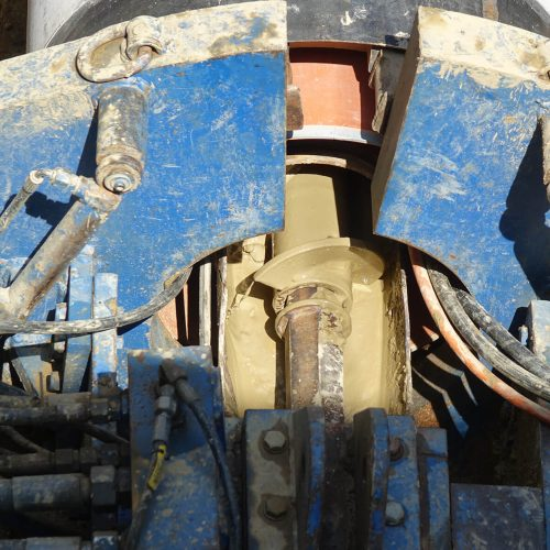 Der mit Wasser verflüssigte, abgebaute Boden wird durch die Förderschnecke innerhalb der Fabekun-Vortriebsrohre in die Startbaugrube transportiert. Foto: Gebr. Fasel Betonwerke GmbH