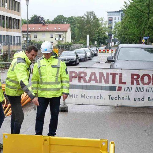 Eberhard Uelner im Gespräch mit Geschäftsführer Peter Prantl und Bauleiter Joachim Schöpf (v. re.). Foto: thyssenkrupp Infrastructure