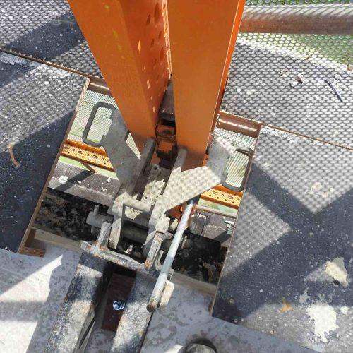 Die HWS-Konstruktion wurde mit einem Kran über Tragschienen in außen am Gebäudekörper angebrachten RKS-Köpfen nach oben gezogen. Foto: ULMA