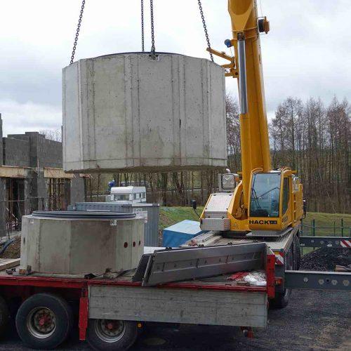 Nahezu komplett vorkonfektioniert wurden die Schachtbauteile auf der Baustelle angeliefert. Foto: Gebr. Fasel Betonwerke GmbH
