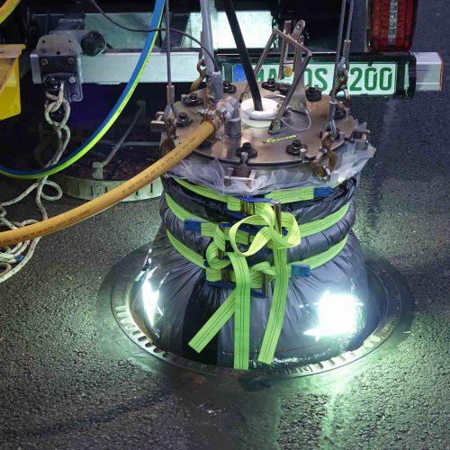 Beim Vertiliner®-System handelt es sich um einen nahtlosen GFK-Schlauch aus kunstharzgetränkten Glasfaserbahnen, der von der Berme bis zu Straßenoberkante reicht. Der Schlauch wird im Werk auf die Abmessungen des Schachtes maßgefertigt, installationsbereit zur Baustelle geliefert, eingebaut und dann mit Licht ausgehärtet. Foto: DIRINGER&SCHEIDEL ROHRSANIERUNG