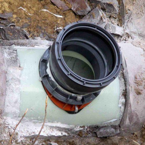 Das Liner-Anschluss System CONNEX steht für die neueste Generation von modernen und leistungsfähigen Bauteilen, mit denen sich Anschlüsse an mit Schlauchlinern (GFK-Liner oder Nadelfilzschlauch bzw. Synthesefaserliner) sanierten Hauptrohren zuverlässig, professionell und wirtschaftlich herstellen lassen. Bei der fachgerechten Montage der einzelnen Bauteile wird eine kraftschlüssige Verbindung zum Liner geschaffen, bei der bauartbedingte Unebenheiten des Liners ausgeglichen werden können. Für ein besonderes Plus an Sicherheit sorgt die 2K Dichtmasse. Foto: Funke Kunststoffe GmbH