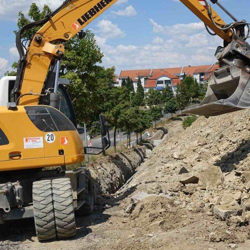 Felsgestein macht den Bauarbeitern in weiten Bereichen des Neubaugebietes zu schaffen. Foto: Funke Kunststoffe GmbH