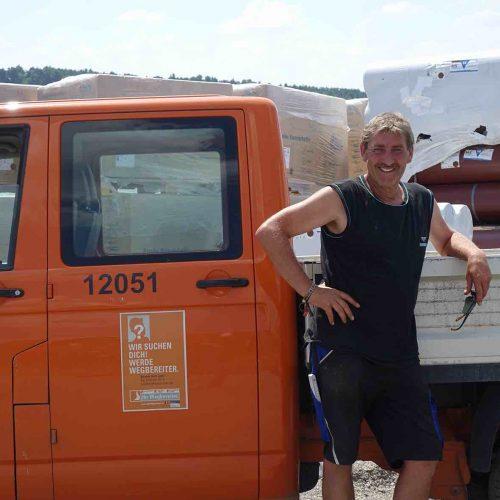 Roman Arnold, Polier bei Konrad Bau, ist angesichts der extremen Hitze froh über die einfache Handhabung der Funke-Rohre auf der Baustelle.  Foto: Funke Kunststoffe GmbH