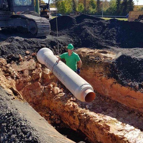 Das reibungslose Handling der FABEKUN Kanalrohre trägt zum schnellen Baufortschritt und damit zur Wirtschaftlichkeit der Baustelle bei. Foto: Reuscher Tiefbau GmbH