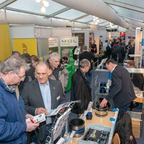 Reger Austausch auf der Fachausstellung: Für viele Besucher ist das Oldenburger Rohrleitungsforum ein Marktplatz der Meinungen.  • Foto: iro/michaelstephan.eu