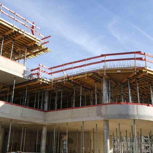 Im Bereich der Brüstungen kamen neben der Rahmenschalung ORMA die Stahlrundschalung BIRA zum Einsatz. • Foto: ULMA Construction GmbH
