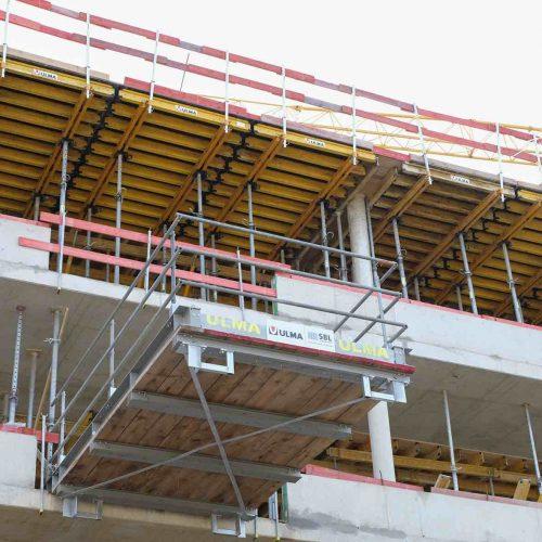 Über die neuen Übergabebühnen kann das eingesetzte Arbeitsmaterial schnell und effizient herausgenommen und geschossweise umgesetzt werden. •Foto: ULMA Construction GmbH