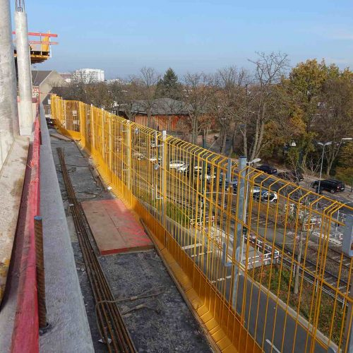 Für den Seitenschutz der Randdeckentische kamen ab September 2018 keine klassischen Geländerpfosten mit Geländerbrettern mehr zum Einsatz, sondern vorgefertigte MBP-Gitterelemente.  •Foto: ULMA Construction GmbH