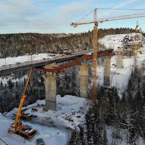 Die Vollwandträger HV21 des Vorschubgerüstes werden durch die Fachwerkträger verlängert. Foto: PNC Norge AS