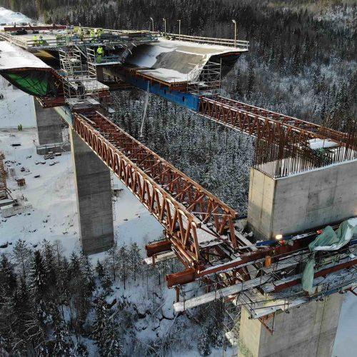 Der Vorschub in das mittige 60 Meter Brückenfeld bildet den Abschluss der Brückenbauarbeiten. Foto: PNC Norge AS