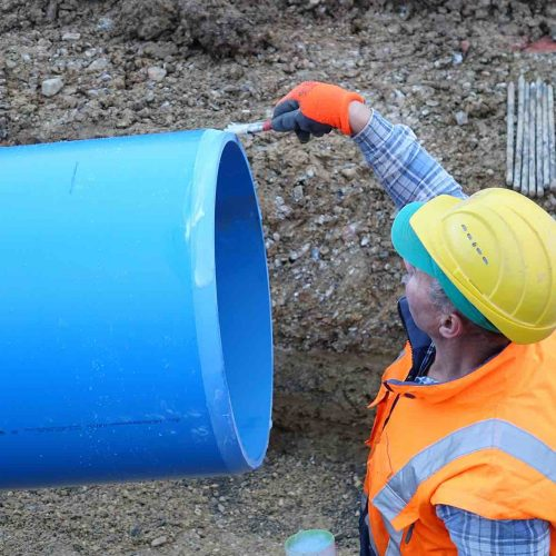 Vor dem Zusammenfügen werden die Spitzenden der Kanalrohre mit Gleitmittel bestrichen. •Foto: Funke Kunststoffe