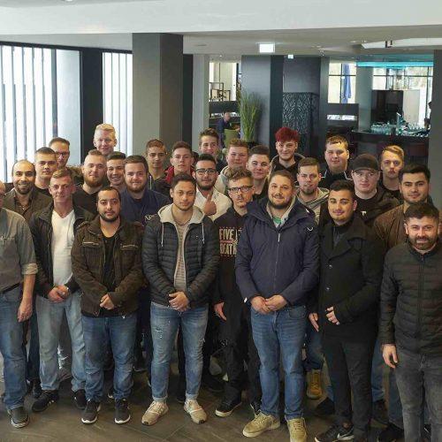Auf Einladung des rbv waren 30 angehende Rohrleitungsbauer aus dem Berufsförderungswerk der Bauindustrie NRW, Ausbildungszentrum Kerpen, am 28. März nach Köln gekommen, um eine interessante Entwicklungsperspektive ihres zukünftigen Berufsbildes kennenzulernen. Foto: rbv
