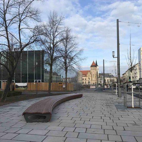 Die umgestaltete Kavalierstraße: Platzgewinn für Fußgänger und Radfahrer – und ein städtebaulich angemessener Rahmen für das neue Bauhaus Museum. Foto: HGP/Schwandtke
