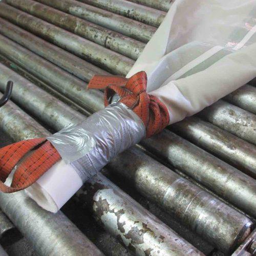 Vor Abschluss der Inversion wird das Ende des Schlauchliners wasserdicht zusammengebunden. Foto: Güteschutz Kanalbau