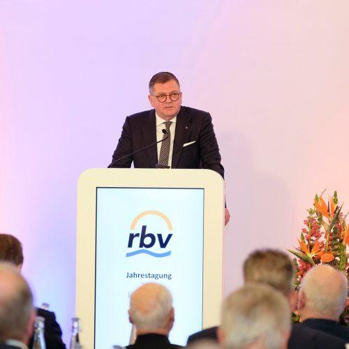 """""""Wir sind angekommen"""", so die klare Feststellung von rbv-Präsident Dipl.-Ing. (FH) Fritz Eckard Lang an die 150 Teilnehmer der rbv-Mitgliederversammlung in München. •Foto: rbv"""