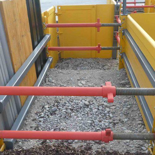 Der randgestützte krings Rahmenverbau (RVL) ist besonders geeignet, um querende Leitungen und tiefsitzende Hausanschlussleitungen leicht und einfach zu verbauen.  Foto: thyssenkrupp Infrastructure GmbH