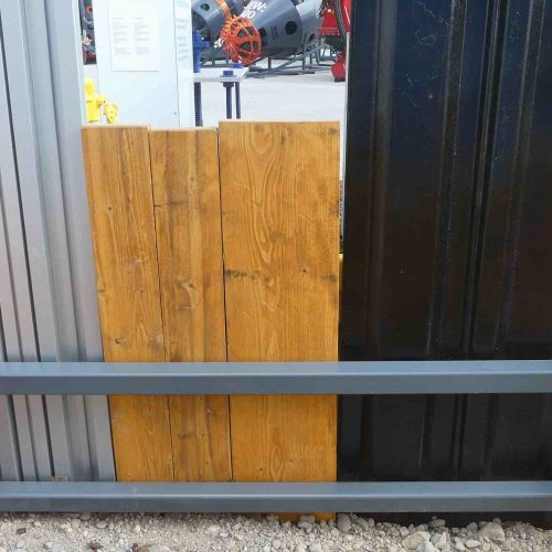 Die an den Verbauplatten angebrachten ausklappbaren Rahmenbalken sorgen für flexible und rationelle Arbeitsabläufe. Sie dienen zur Führung von senkrecht eingestellten Holzbohlen, Stahl- oder Alu-Dielen.  Foto: thyssenkrupp Infrastructure GmbH