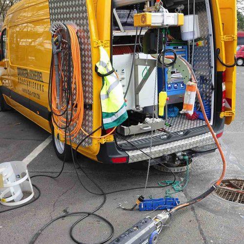 Der eCutter Fräsroboter wird aus dem Sprinter heraus gesteuert. Im Akkubetrieb können so die Schäden für die weitere Reparatur gefräst werden – und das bis zu einem ganzen Tag lang.  Foto: DIRINGER & SCHEIDEL ROHRSANIERUNG
