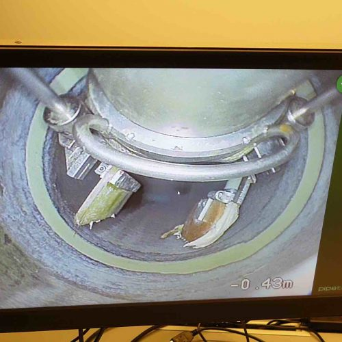 Über einen Monitor im Steuerfahrzeug werden die Reparaturarbeiten mit der PI.TRON Spachtel- und Verpresseinheit kontinuierlich überwacht. Foto: DIRINGER & SCHEIDEL ROHRSANIERUNG