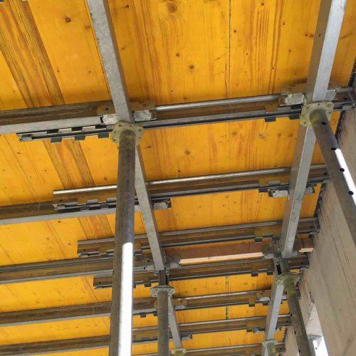 Einfaches Anpassen im Randbereich durch Teleskopieren der Ausgleichsträger. Daher ist das System zwar modular im Grundraster aber trotzdem sehr flexibel.  Foto: ULMA Construction GmbH