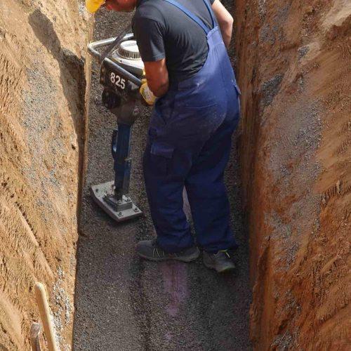 Die fachgerechte Verdichtung der Leitungszone erfolgt mit Hilfe eines Vibrationsstampfers. Foto: Funke Kunststoffe