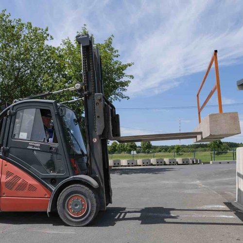 Schnell dorthin, wo sie gebraucht wird: Die neue Absturzsicherung von Fasel besteht aus einem Stahlbetonbalken mit den Abmessungen 3,00 m x 0,40 m x 0,30 m und einem steckbaren Geländer mit Kniestrebe. Foto: Gebr. Fasel Betonwerk GmbH