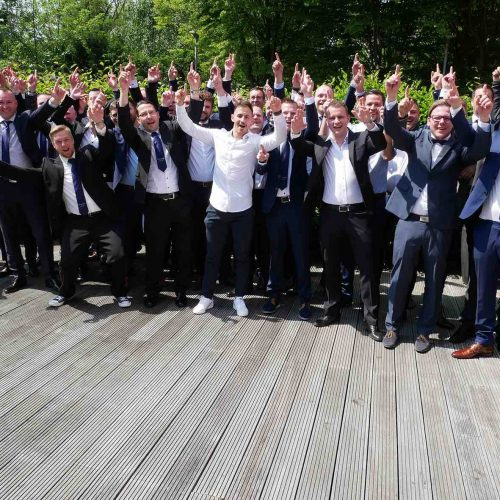 """Ein Grund zum Feiern: am 24. Mai erhielten die 43 Absolventen des vom Berufsförderungswerk des Rohrleitungsbauverbandes (brbv) organisierten Kölner Netzmeister-Lehrgangs im """"Mercure Hotel Köln West"""" ihre Meisterbriefe. Foto: rbv"""