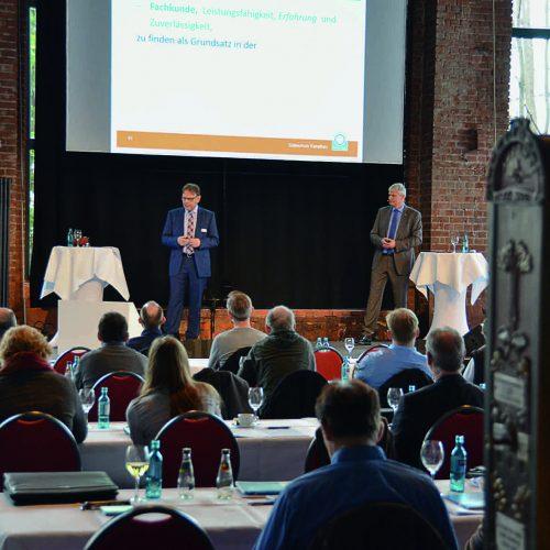 Rüdiger Prestinari (li.) und Sven Fandrich ermutigen die Baupartner, nicht von ihren Qualitätszielen abzurücken. Foto.: Güteschutz Kanalbau