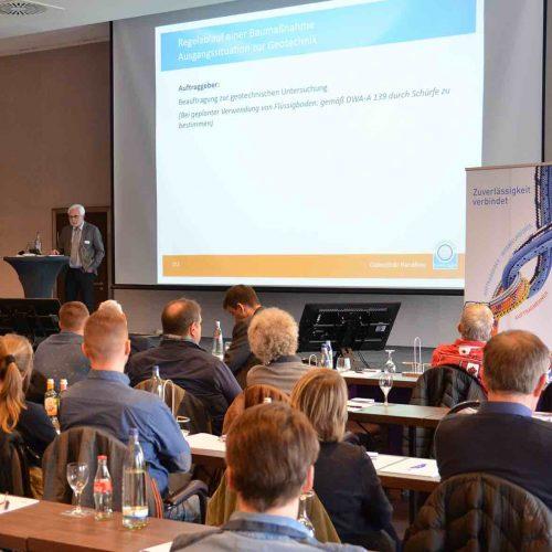 Über das, was beim Einbau von Flüssigboden zu beachten ist, diskutiert Hans-Willi Bienentreu mit den Teilnehmern. Foto.: Güteschutz Kanalbau
