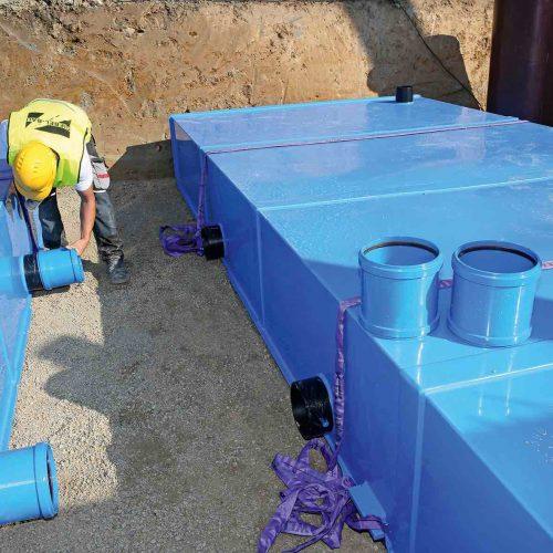 Die realisierbare Größe der Elemente reicht von einem Volumen von 1,75 m3 bis 52 m3. Verschiedene KS-Bluebox-Elemente können allerdings vor Ort an der Einbaustelle miteinander verbunden werden.  Foto: Funke Kunststoffe