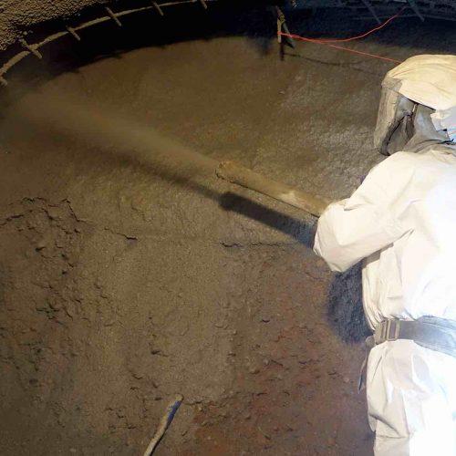 Das Auftragen des Spritzbetons erfolgt direkt an der Ortsbrust zur Sicherung des Stollens. Foto: Güteschutz Kanalbau
