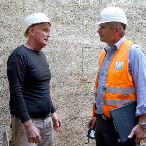 Polier Günther Mertens, Heinrich Wassermann GmbH & Co. KG (links) im Gespräch mit Prüfingenieur Dipl.-Ing. Dieter Walter, Güteschutz Kanalbau. Foto: Güteschutz Kanalbau
