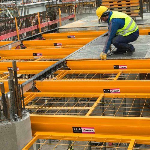 Im Rahmen der erweiterten Systemlösung CC-4 Protect hat man die technische Voraussetzung eines sicheren Arbeitens von oben, ohne die Notwendigkeit des Tragens einer gesonderten Persönlichen Schutzausrüstung (PSA), geschaffen. Foto: ULMA Construction GmbH