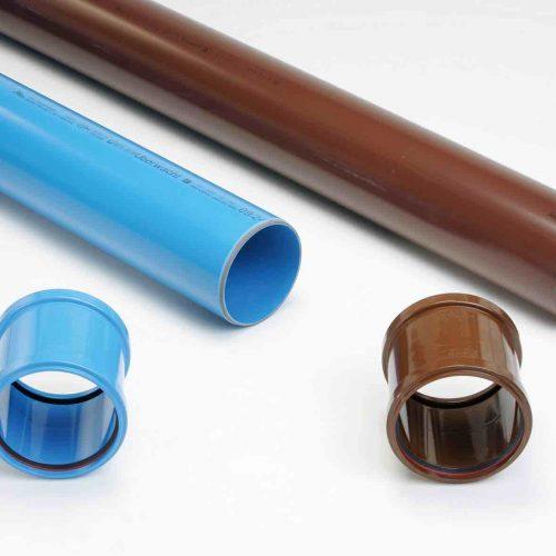 Idee mit durchschlagendem Erfolg: Aufgrund der Farbgebung in blau (Regenwasser) und braun (Schmutzwasser) ist die Zuordnung der Rohre und Formteile auch noch viele Jahre nach der Verlegung möglich. Foto: Funke Kunststoffe