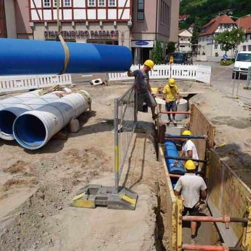 Die bautechnischen Eigenschaften des Werkstoffes PVC-U sorgen für eine einfache Handhabung der Kanalrohre auf der Baustelle und für rationale Bauabläufe. Foto: Funke Kunststoffe