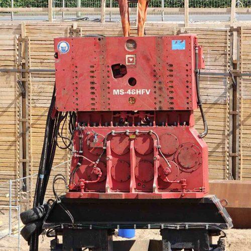 Der MS-48 HFV hat das Wabenprofil mit seiner Doppelzange fest im Griff. Durch das Greifen an zwei gegenüberliegenden Seiten wird die Kraft optimal auf das Profil verteilt. Foto: thyssenkrupp Infrastructure
