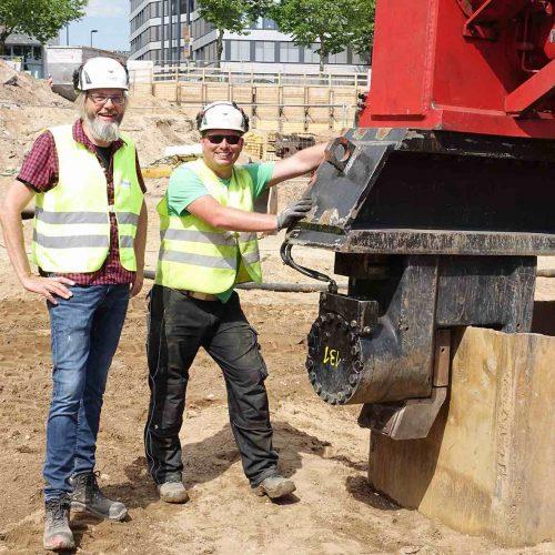 Sind bei Eggers Umwelttechnik ein eingespieltes Team: Bauleiter Dipl.-Ing. Ralf Wrocklage (links) und Polier Daniel Buck (rechts). Foto: thyssenkrupp Infrastructure