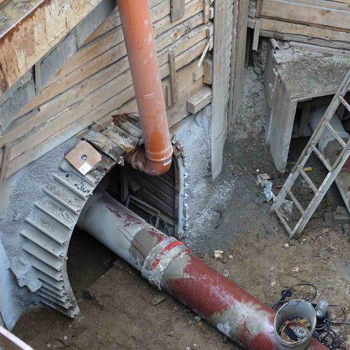 Rechts neben dem großen Stollen in dessen Schutz der Abwasserkanal mit HS®-Kanalrohren DN/OD 400 erneuert wurde, befindet sich einer der beiden Stichkanäle. Der andere Stichkanal liegt auf der linken Seite des großen Stollens. Foto: Funke Kunststoffe
