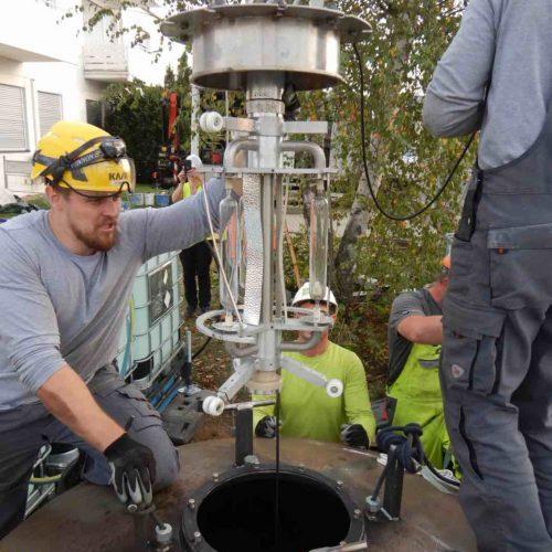 Einsetzen des Lichterkerns mit 3 x 3000 Watt Leistung. Foto: DIRINGER & SCHEIDEL ROHRSANIERUNG
