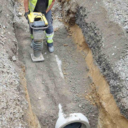 Die Leitungszone wird fachgerecht verdichtet. Foto: Gebr. Fasel Betonwerk