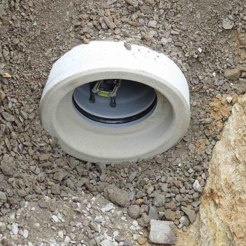 Mit dem Laser wird die korrekte Ausrichtung der Kanalrohre überwacht. Foto: Gebr. Fasel Betonwerk