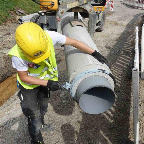 Fachgerechtes Einfetten des Spitzendes vor dem Einbau des Kanalrohres. Foto: Gebr. Fasel Betonwerk