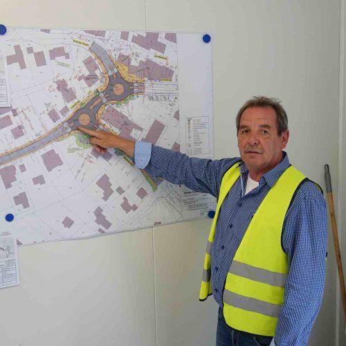 Planer Hardy Dresbach erläutert den Umfang der Baumaßnahme. Foto: Gebr. Fasel Betonwerk